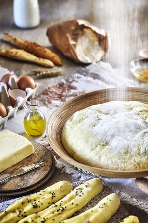 levadura: Pouring flour to yeast, rustic setting on a wooden table.
