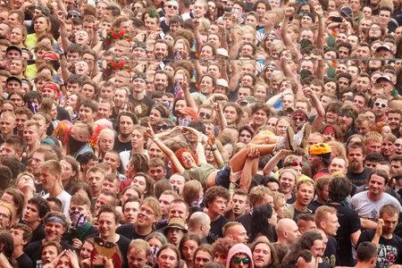 Kostrzyn, Polonia - 5 agosto 2017: La gente divertendosi ad un concerto durante il ventitreesimo festival Polonia di Woodstock. Festival è tra i più grandi festival all'aperto del mondo.
