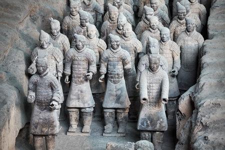 Xian, Chine - 4 octobre 2017: Guerriers de l'armée en terre cuite. Trois fosses contiennent plus de 8 000 soldats, 130 chars avec 520 chevaux et 150 chevaux de cavalerie. Il n'y a pas deux chiffres identiques. Éditoriale