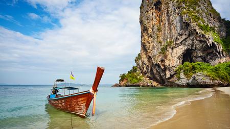 Long tail boat at a tropical beach, Thailand. Imagens - 115690176