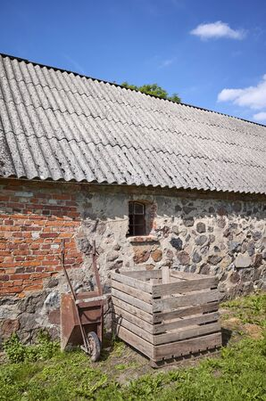 An old abandoned building with roof made of carcinogenic asbestos tiles. Stockfoto