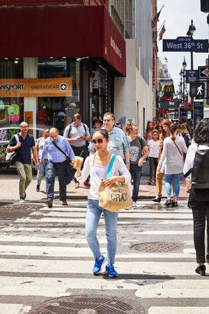 New York, USA - June 28, 2018: People cross the West 36 Street in Midtown Manhattan. Redactioneel