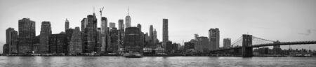 Fotografía en blanco y negro de la silueta del horizonte de la ciudad de Nueva York al atardecer, Estados Unidos.