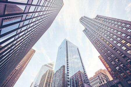 Blick auf die Wolkenkratzer von Chicago, Farbton angewendet, USA.