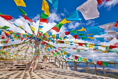 Top of the Shika Snow Mountain (4500 meters above the sea level) with Buddhist prayer flags, China. Banque d'images