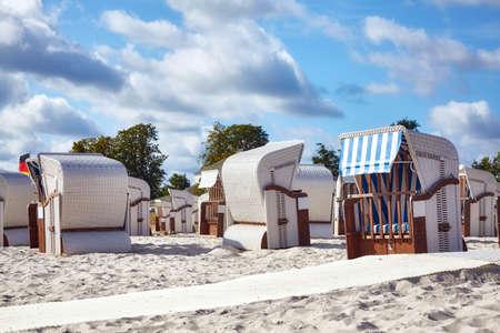 Wicker beach basket chairs on a beach in Ueckermunde, Germany. Standard-Bild