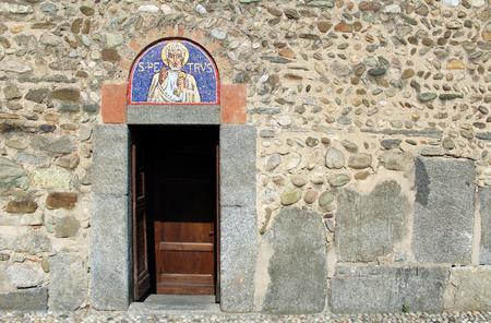 Porte et la mosaïque sur la façade d & # 39 ; une église dramatique dramatique Banque d'images - 96570252