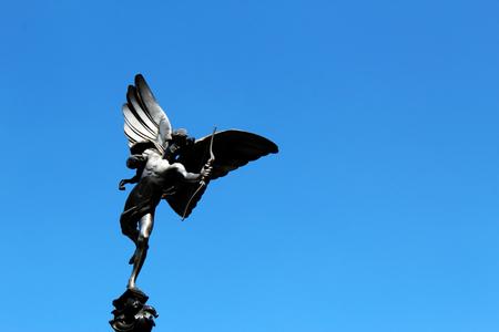 LONDON, UK - AUGUST 2018: Eros-Statue mit Pfeil und Bogen gegen den blauen Himmel in Piccadilly Circus