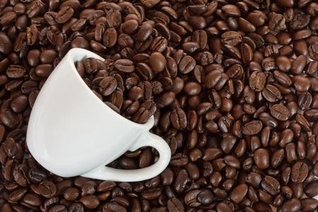 Tasse de caf� blanc avec les grains de caf�