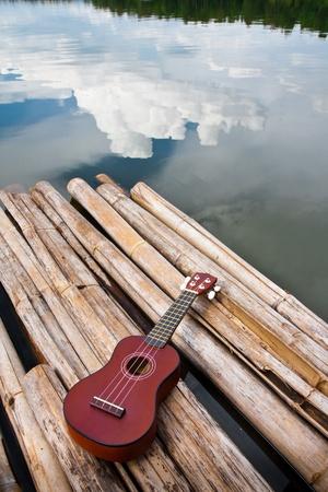 Ukulele en vacances avec la r�flexion de ciel bleu Banque d'images