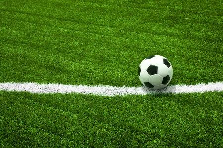 Ballon de soccer sur le terrain vert