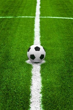 pelota de futbol: Bal�n de f�tbol en el centro el punto de partida de campo Foto de archivo