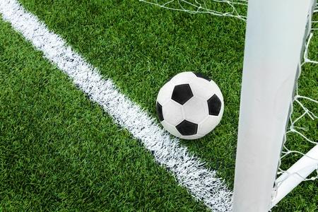Objectif. Ballon de soccer dans la r�gion de la ligne de but. Banque d'images