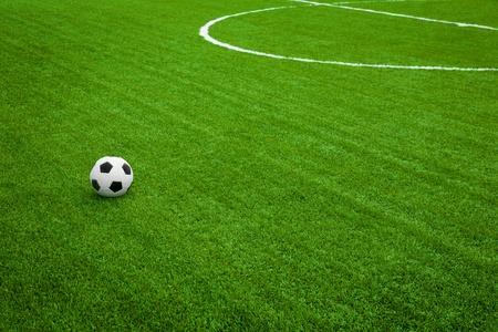 field  soccer: La formaci�n de juegos. bal�n de f�tbol en el campo