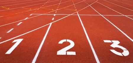 bieżnia: Start utwór. Lanes 1 2 3 z czerwonym torze wyÅ›cigowym Zdjęcie Seryjne