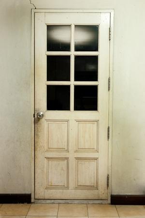 Vieux fond int�rieur de la chambre � l'ancienne porte en bois blanc et tuile
