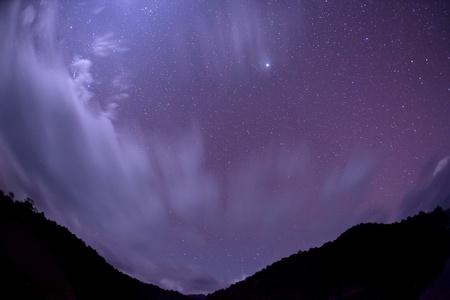 Etoiles dans le ciel nocturne avec des montagnes