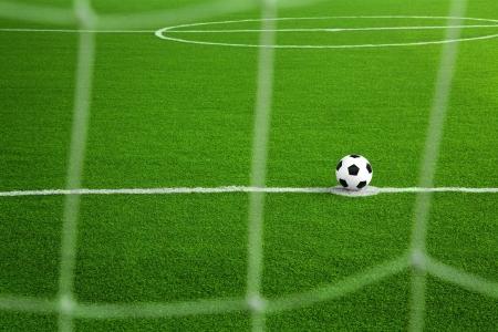 Ballon de soccer sur le terrain vert avec un premier plan net