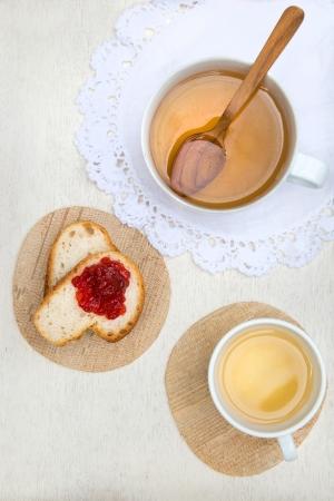 Petit d�jeuner, th� et du pain avec de la confiture de fraise Banque d'images