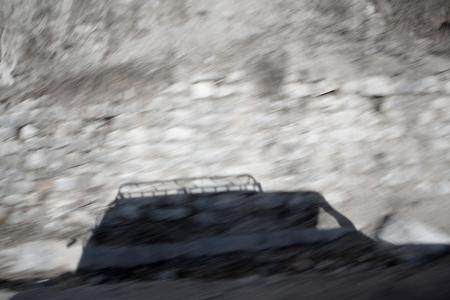 Shadow of Camion 4x4 conduite en montagne creux Banque d'images