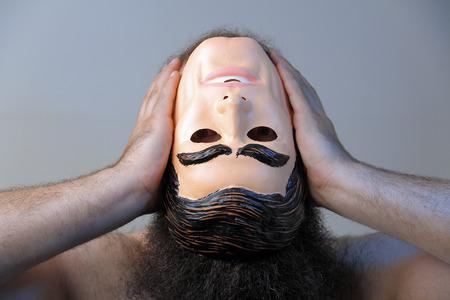 proceeds: Un hombre est� perdiendo el juicio y procede a rasgar su propia cabeza