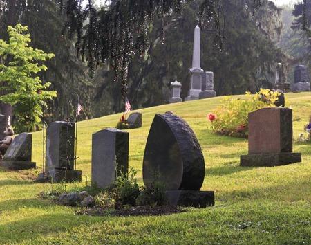 Blank Gräber auf einem Friedhof in den frühen Morgen Standard-Bild - 29732485