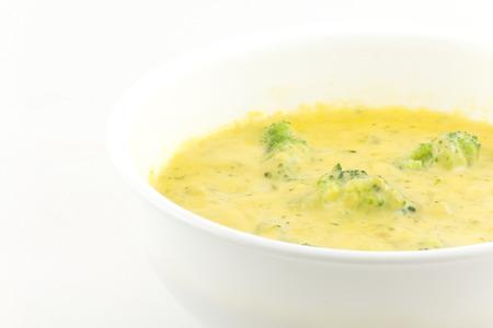 クリーミー ブロッコリーとチェダー チーズのスープ。このボリュームたっぷりのスープは、あなたの口で溶けます。
