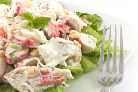 tomato  salad: Ensalada de mariscos con camarones y la mayonesa la carne de cangrejo y eneldo fresco, lechuga romana, y albahaca hoja guarnici�n