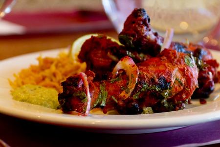 alimentos y bebidas: Pollo Tandoori con arroz basmati y rodaja de lim�n