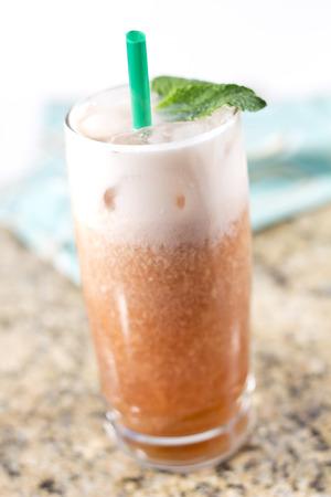 t� helado: T� helado tailand�s Refrescante adornado con hojas de menta fresca