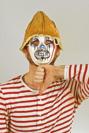 mimo: Weird mimo enmascarado de miedo en camisa de rayas rojas y blancas Foto de archivo
