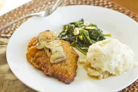 comida: Crispy marsala frango à milanesa com purê de batatas e brócolis rabe com alho Imagens