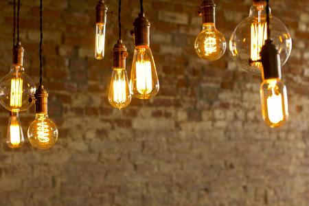 装飾的な骨董品エジソン スタイル電球レンガ壁を背景 写真素材
