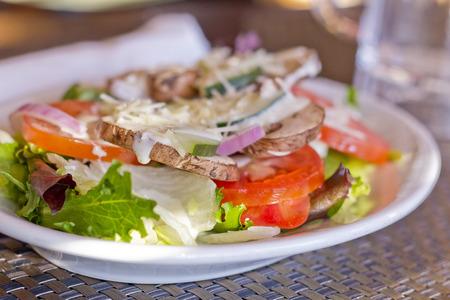 신선한 버섯 토마토 목장 드레싱 채식주의 샐러드 토마토 오이 붉은 양파와 파르 메산 치즈