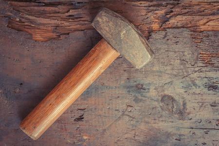 martillo: Peque�o sola mano desgastado martillo en fondo de madera del grunge