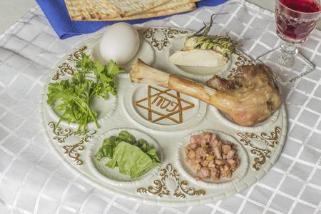 santa cena: Plato del seder judío. Seis alimentos componen esta cena de Pascua. Foto de archivo