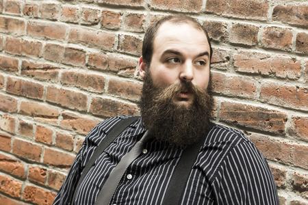 hombre con barba: Hombre barbudo Elegante ve algo que enarbola su inter�s Foto de archivo