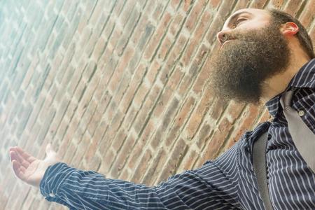 hombre con barba: Hombre barbudo Elegante levanta la mano a un poder superior
