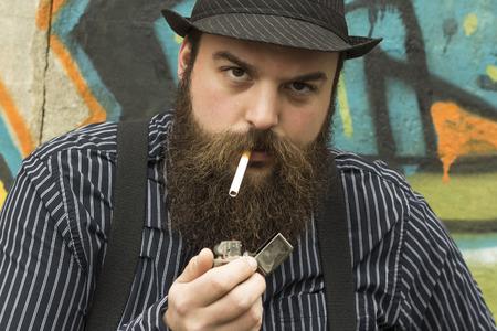 bärtiger mann: Snazzy b�rtigen Mann raucht eine Zigarette auf einer Stadtstra�e