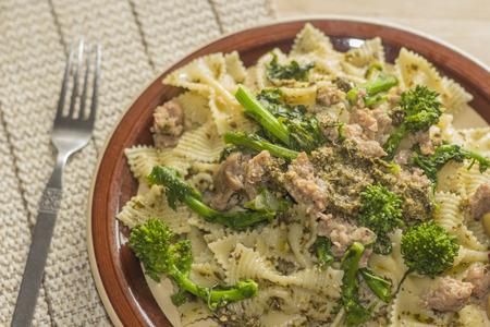 comida: Bowtie pasta pesto com salsicha solo e rabe br�colos decorado com azeitonas fantasia