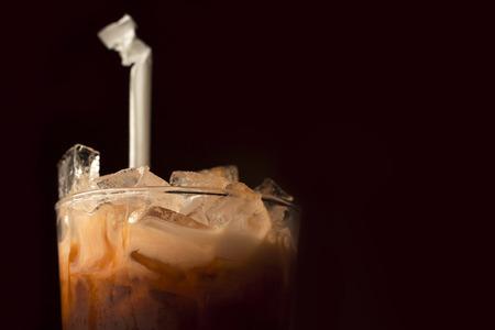 verre de lait: Cette boisson exotique cr�meuse refroidit et rafra�chit le palais avec des notes subtiles de vanille douce Banque d'images