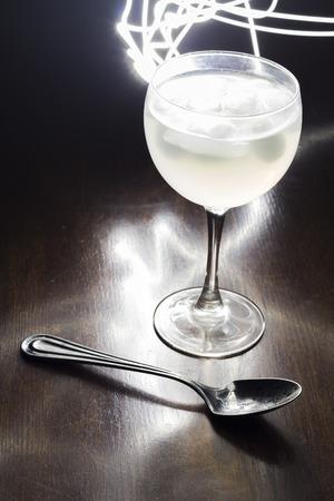 night club: Gin tonic fotografato con otturatore lento di night club Archivio Fotografico