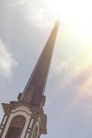 church steeple: Vecchio campanile della chiesa su un perfetto bella giornata di sole Archivio Fotografico