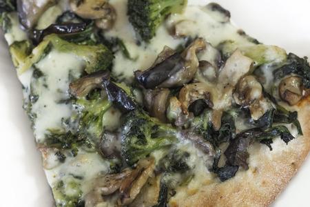 comida: Grande fatia de verde vegetal estilo Nova York pizza