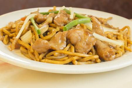 Fideos lo mein de pollo chinos auténticos en un restaurante Foto de archivo - 39534879