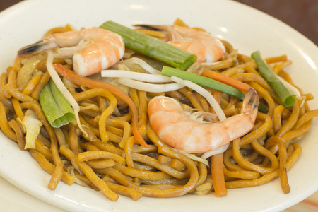 mian: Authentic Chinese Shrimp lo mein noodles at a restaurant Stock Photo