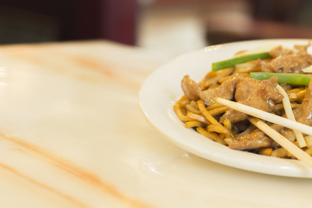 yi mein: Authentic Chinese chicken lo mein noodles at a restaurant Stock Photo