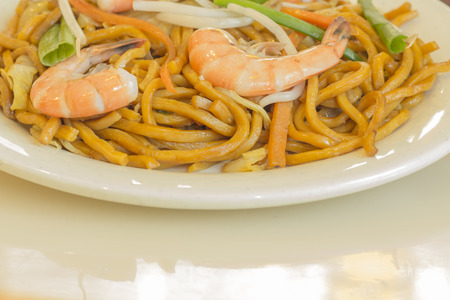 lo mein: Authentic Chinese Shrimp lo mein noodles at a restaurant Stock Photo