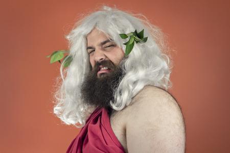 desprecio: Disgustado dios Zeus o J�piter contra el fondo naranja