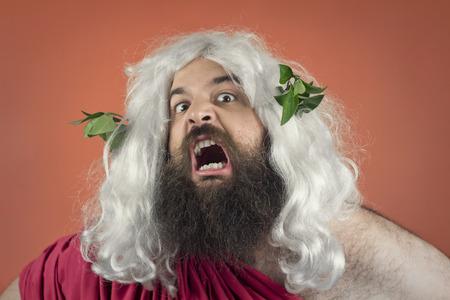 gente loca: Angry ira gritando de dios contra el fondo naranja